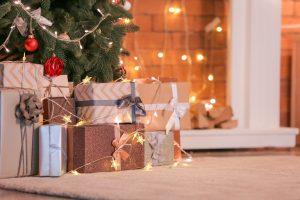 anchetas navideñas bajo el arbol